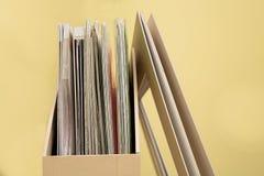 Pionowo kartonowa taca dla papieru tapetować na drewnianym stole Fotografia Stock