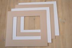 Pionowo kartonowa taca dla papieru tapetować na drewnianym stole Obraz Stock
