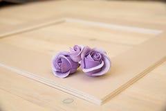 Pionowo kartonowa taca dla papieru tapetować na drewnianym stole Zdjęcia Royalty Free