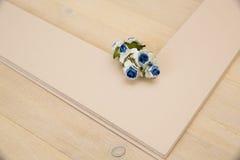 Pionowo kartonowa taca dla papieru tapetować na drewnianym stole Zdjęcie Royalty Free