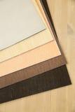 Pionowo kartonowa taca dla papieru tapetować na drewnianym stole Zdjęcie Stock