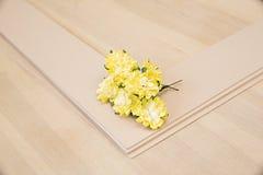 Pionowo kartonowa taca dla papieru tapetować na drewnianym stole Zdjęcia Stock