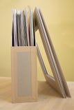 Pionowo kartonowa taca dla papieru tapetować na drewnianym stole Obrazy Stock