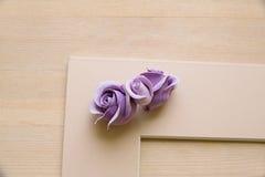 Pionowo kartonowa taca dla papieru tapetować na drewnianym stole Obraz Royalty Free