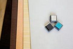 Pionowo kartonowa taca dla papieru tapetować na drewnianym stole Obrazy Royalty Free