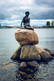 Pionowo mała syrenka, Kopenhaga, Dani Obraz Royalty Free
