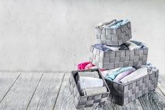 Pionowo Maria Kondo sprząta odzieżową metodę zdjęcie royalty free