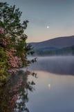 Pionowo mgła Nad Cena jeziorem Pólnocna Karolina i księżyc Obraz Stock