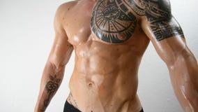 Pionowo niecka na mięśniowym bodybuilder w studiu zdjęcie wideo