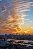 Pionowo nowożytnego pejzażu miejskiego budynku oka ptasi widok z lotu ptaka z górą Fuji pod wschodu słońca i ranku błękitnym jask Fotografia Stock
