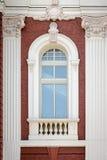 Pionowo okno z kolumnami. Architektoniczny szczegół. Zdjęcia Stock