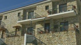 Pionowo panorama dwa opowieści kamieniarstwa budynek, dom na wsi przy kurortem nadmorskim zbiory wideo