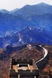 Pionowo panoramiczny widok Mutianyu sekcja wielki mur Chiny, otaczający zieloną i żółtą roślinnością fotografia stock