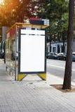 Pionowo pusty billboarda placeholder szablon na miasto przystanku autobusowym, ewidencyjny sztandaru szablon, przestrzeń dla mock zdjęcie royalty free