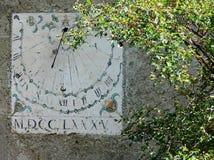 Pionowo sundial timepiece antyczni czasy malował na ścianie obrazy royalty free