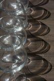 Pionowo surowy koniaków szkła z cieniami na drewnie Zdjęcie Royalty Free