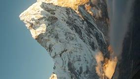 Pionowo wideo Ama Dablam 6856m szczyt blisko wioski Dingboche w Khumbu terenie Nepal, na wycieczkuje śladzie zbiory