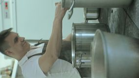 Pionowo wideo Restauracyjna kuchnia, niecki na talerzach, Kulinarny pojęcie zbiory