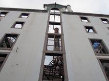 Pionowo widok wielki zaniechany fabryczny budynek z wysoki kominowy widocznym wśrodku ruin obraz stock