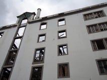 Pionowo widok wielki zaniechany fabryczny budynek z wysoki kominowy widocznym w?rodku ruin obraz stock