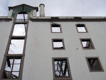 Pionowo widok wielki zaniechany fabryczny budynek z wysoki kominowy widocznym w?rodku ruin obrazy royalty free