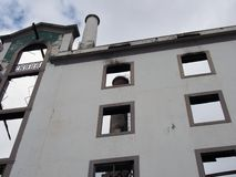 Pionowo widok wielki zaniechany fabryczny budynek z wysoki kominowy widocznym w?rodku ruin fotografia royalty free
