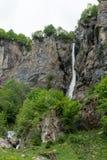 Pionowo widok wysoka malownicza siklawa w bujny zieleni lesie i góra krajobrazie fotografia stock