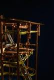 Pionowo widok z kruszcowym mechanizmem Kruszcowy balowy kołysanie się dow Fotografia Royalty Free