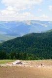 Pionowo widok z sheepfold i górami Drewniany sheepfold wewnątrz fotografia royalty free