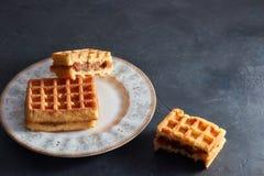 Pionowo widoku słodcy świezi Wiedeńscy gofry na talerzu na czarnym stole kosmos kopii Europejczyk dla śniadania fotografia royalty free