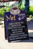 Pionowo wizerunek Błękitnego falcowanie znaka zapraszający lud mieć filiżankę kawy wewnątrz, Spotykający sklep z kawą, Północny C zdjęcie royalty free