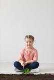 Pionowo wizerunek dziewczyny dziecko i symbol Ziemski dzień Obrazy Royalty Free
