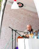 Piosenkarz Andrey Makarevich bawić się gitarę Zdjęcie Royalty Free