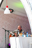 Piosenkarz Andrey Makarevich i sztuki gitara śpiewa Obrazy Stock