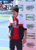 Piosenkarz Austin Mahone uczęszcza Arthur Ashe dzieciaków dzień 2013 przy Billie Cajgowego królewiątka tenisa Krajowym centrum fotografia stock