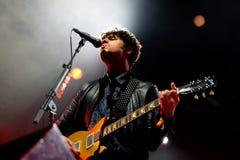 Piosenkarz i gitarzysta Kooks wykonujemy przy Bime festiwalem (zespół) Fotografia Stock