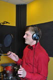 Piosenkarz, magnetofonowe piosenki w studiu obrazy stock
