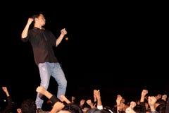 Piosenkarz na scenie, tłum, ręki Zdjęcia Royalty Free