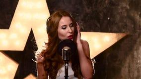 Piosenkarz nagrywa piosenkę w muzycznym studiu, wolnym zbiory