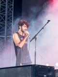 Piosenkarz od muzykalnej grupy wykonuje na scenie przy tradycyjnym rocznym piwnym festiwalem w Haifa, Izrael Zdjęcia Stock