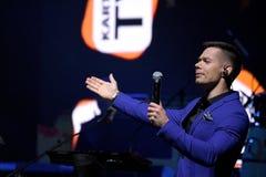 Piosenkarz Stas Piekha wykonuje na scenie podczas Viktor Drobysh roku urodziny 50th koncerta przy Barclay centrum Obrazy Royalty Free