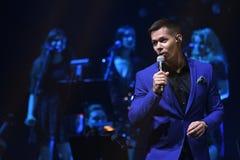Piosenkarz Stas Piekha wykonuje na scenie podczas Viktor Drobysh roku urodziny 50th koncerta przy Barclay centrum Fotografia Royalty Free