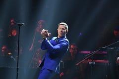 Piosenkarz Stas Piekha wykonuje na scenie podczas Viktor Drobysh roku urodziny 50th koncerta przy Barclay centrum Zdjęcie Royalty Free
