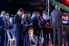 Piosenkarz towarzyszący mosiężnym zespołem wykonuje hymn Izrael Atikva przy pamiątkową ceremonią w Pamiątkowym miejscu th fotografia stock