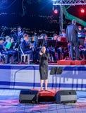 Piosenkarz, towarzyszący mosiężnym zespołem, wykonuje piosenkę przy pamiątkową ceremonią w Pamiątkowym miejscu Spadać w Izrael obrazy stock