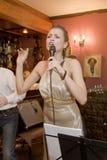 Piosenkarz, wokalista wystrzał grupa koktajl, Catherine Symagina Fotografia Stock
