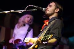 Piosenkarz z gitarą Zdjęcia Royalty Free