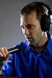 Piosenkarz z mikrofonem Zdjęcie Stock