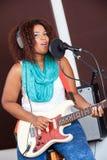 Piosenkarz Z oczami Zamykającymi Bawić się gitarę W studiu Zdjęcie Stock