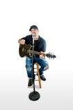 Piosenkarza Akustyczny gitarzysta na Biały strumming Fotografia Royalty Free